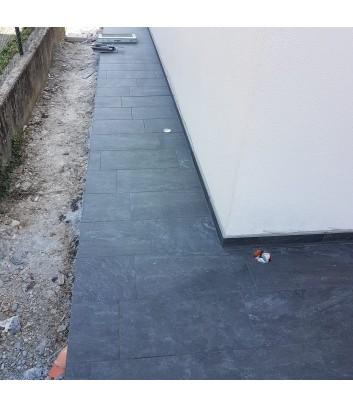 marciapiede esterno con piastrelle in gres grigio scuro antiscivolo